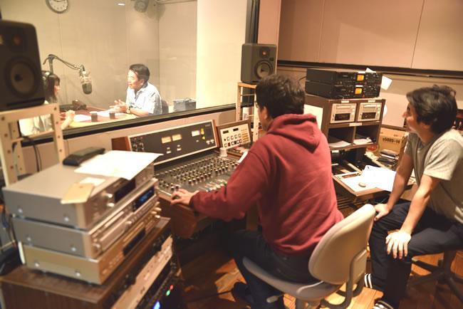 若林健史院長出演中の東京FMのスタジオ風景、